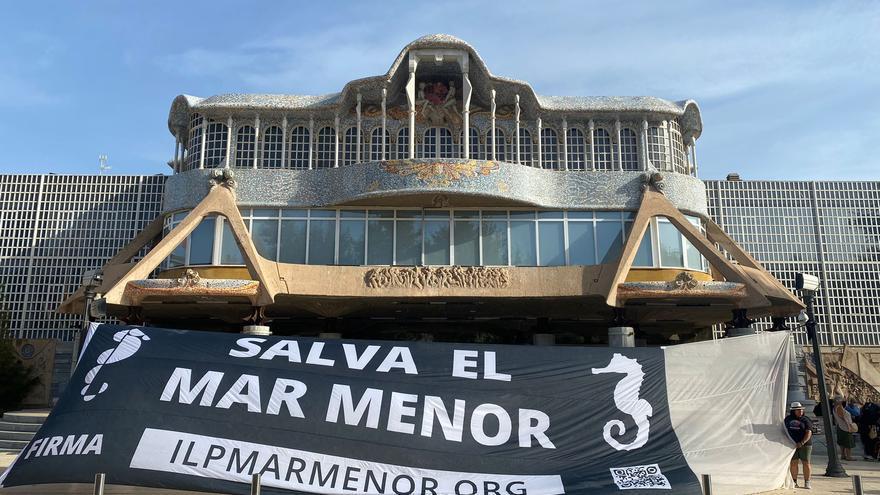 Protesta por el Mar Menor frente a la Asamblea Regional