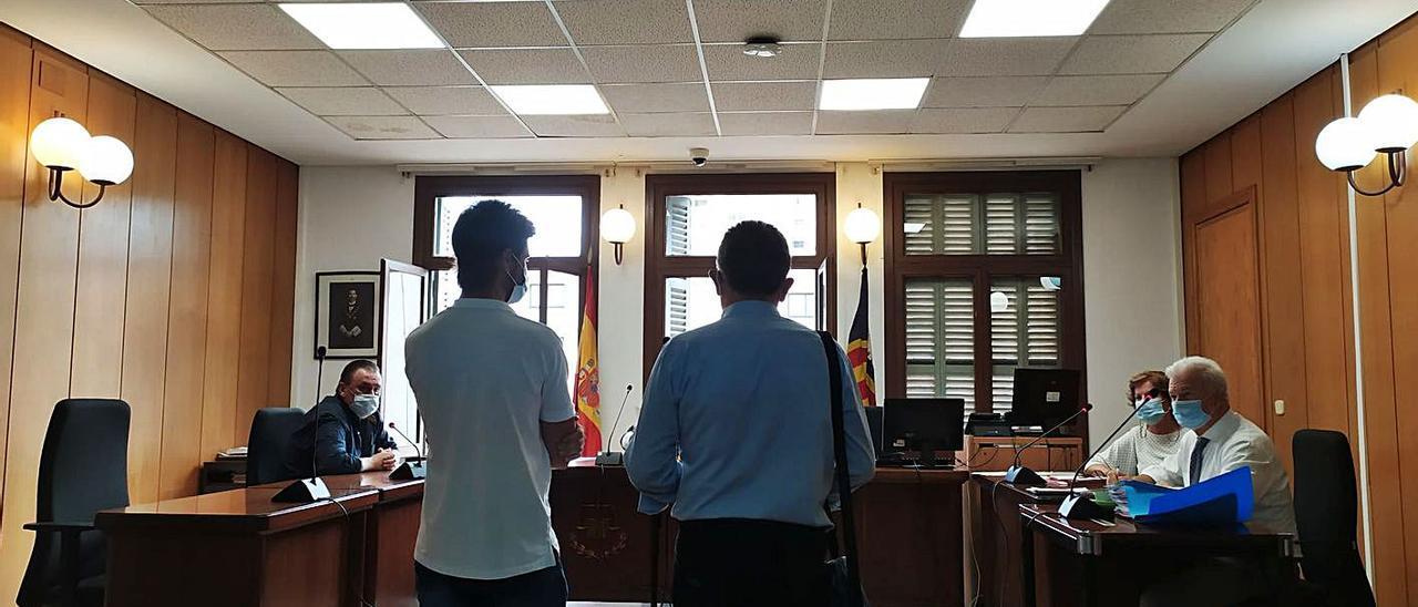 Los dos empresarios condenados, ayer durante la vista en un juzgado de lo penal de Palma.   M.O.I.