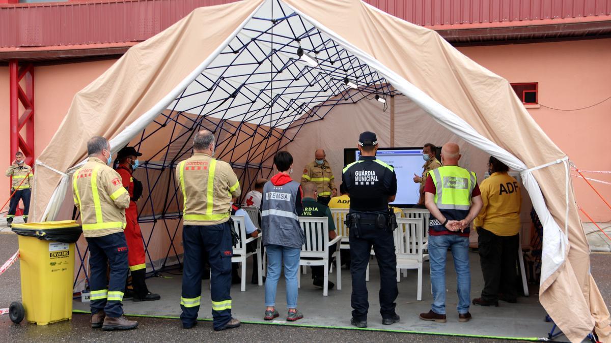 Pla obert de la reunió dels cossos de seguretat amb autoritats al centre de control de l'incendi ubicat a Santa Coloma de Queralt. 26 de juliol de 2021. (Horitzontal)