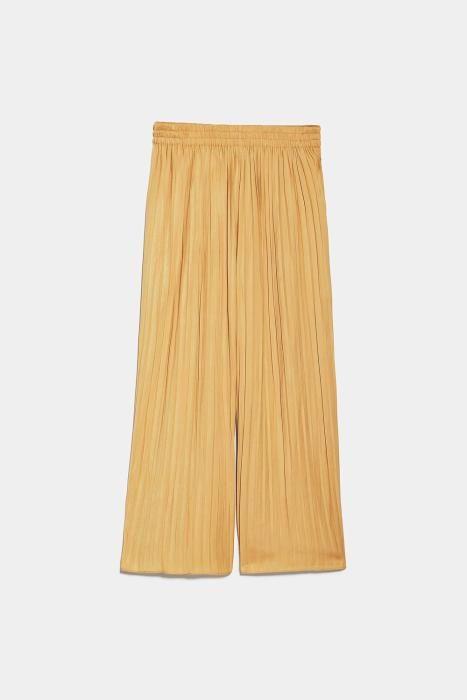Pantalón plisado de Zara. (Precio: 22,95 euros)