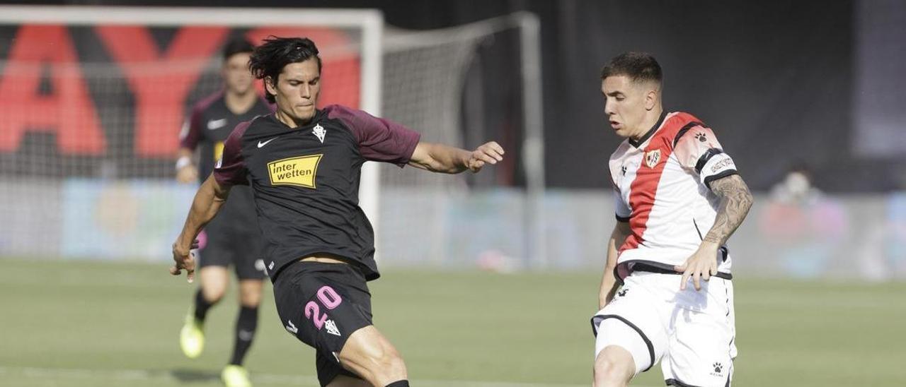 Joni Montiel, en un partido contra el Sporting, frente a Cristian Salvador