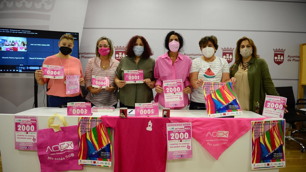 Promotoras del mes rosa, con los dorsales y carteles de la iniciativa.