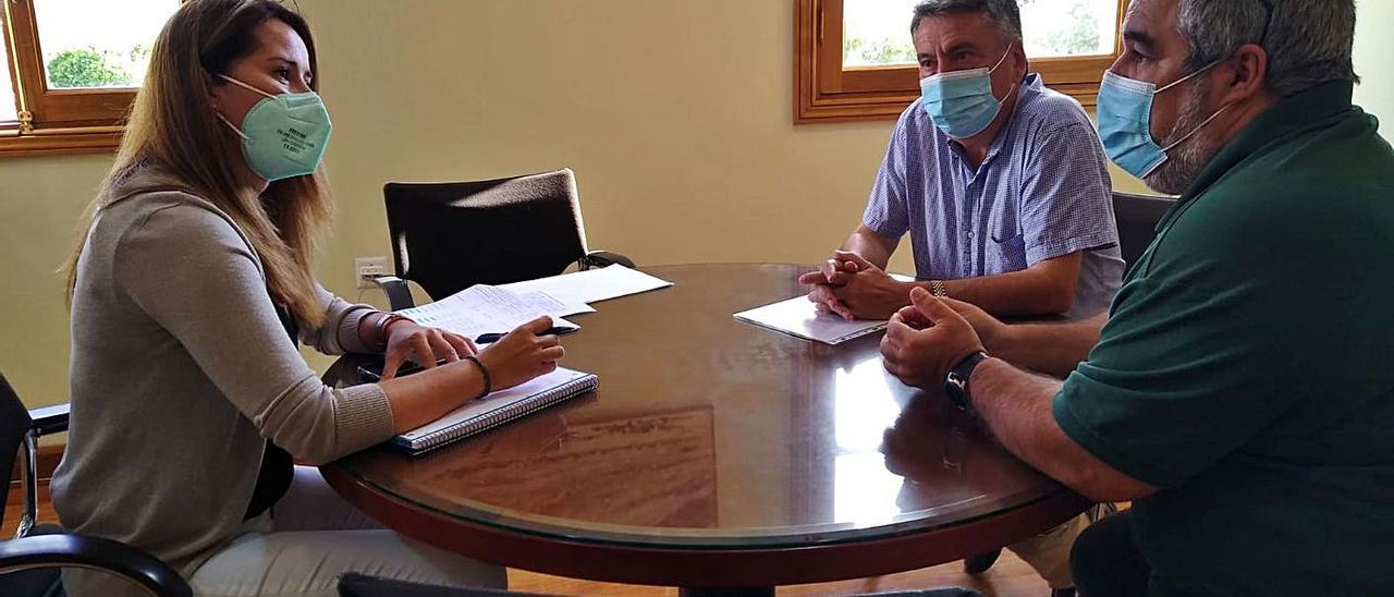 La consejera insular de Empleo, Lola García, durante su reunión con los responsables del Centro Especial 'Novavida'. |