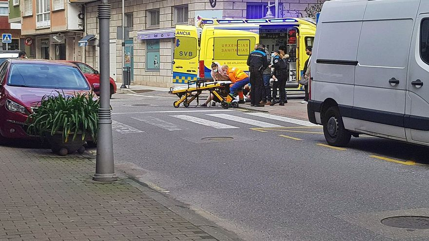 Dos heridos tras un choque entre un turismo y una moto en Cangas