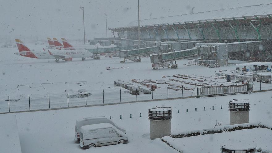 El hielo y la nieve cierran Barajas y dejan a miles de canarios en tierra