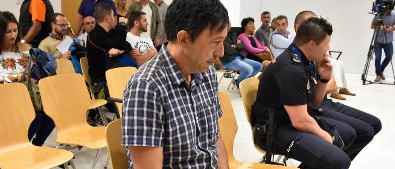 El policía municipal Santos G. V. durante el juicio celebrado ayer en la Audiencia de Las Palmas.