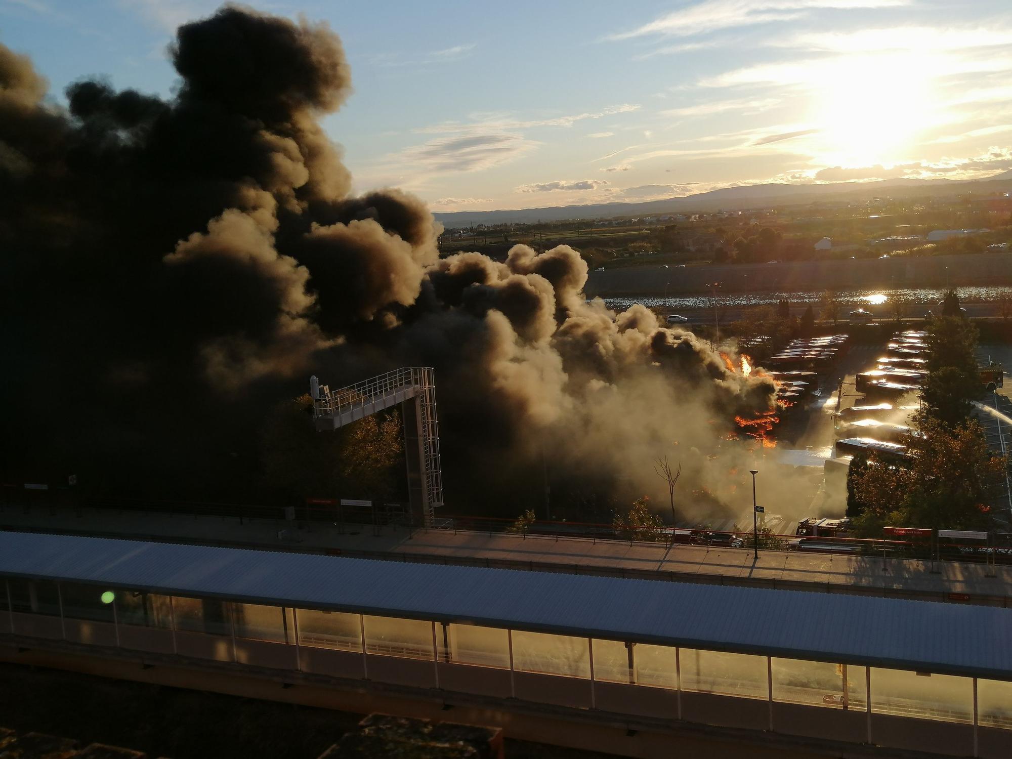 Incendio en València: las espectaculares llamas de la EMT