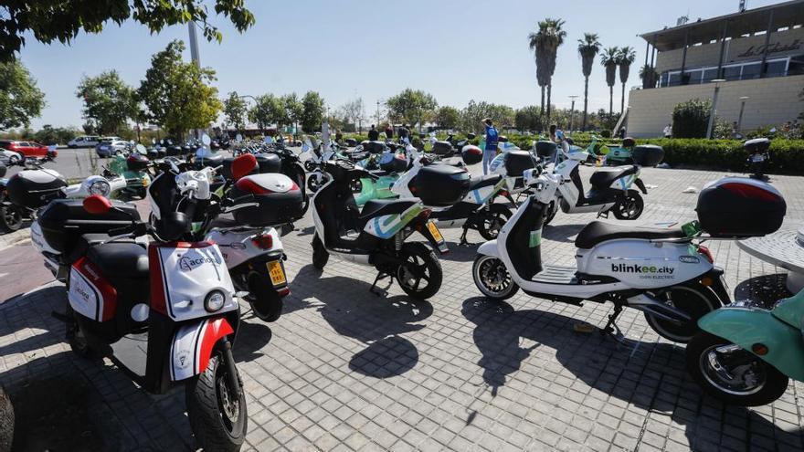 El ayuntamiento limita a 2.000 las motos de alquiler y veta a los patinetes