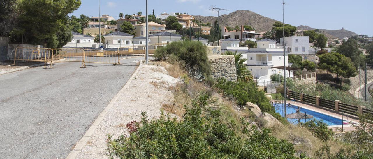 Muro cuya inestabilidad está comprometida y por encima del cual pasa la calle.