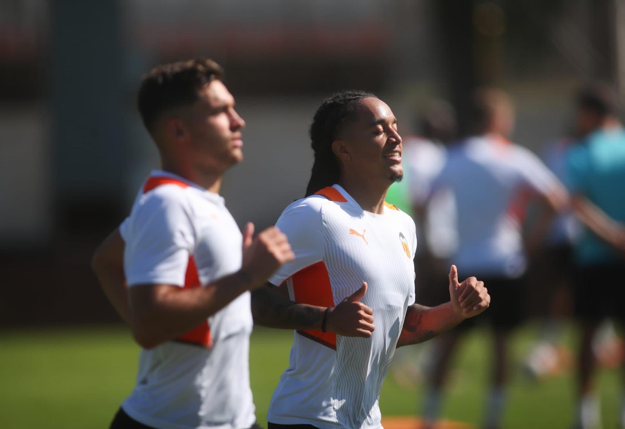 Hugo Duro y Hélder Postiga, ya entrenan con el Valencia