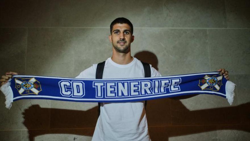 Llegada del último fichaje del CD Tenerife, Carlos Pomares