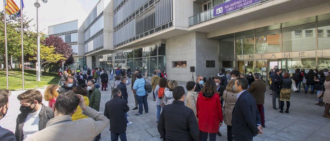 La concentración de funcionarios tras desvelarse insultos a funcionarios reunió el viernes a más de 200 personas.