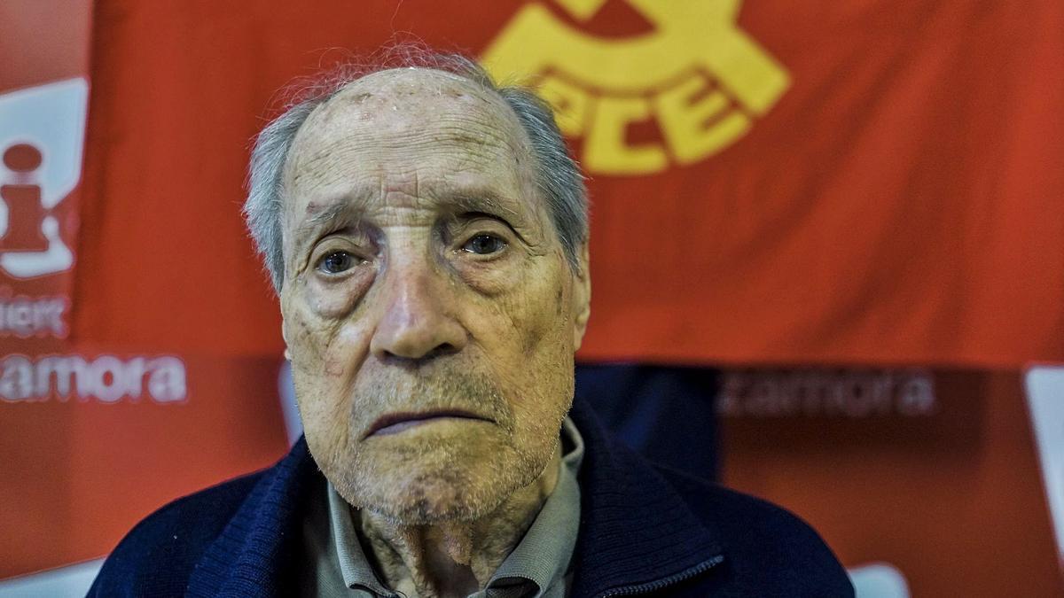 Amable García, ante una bandera comunista y otra de Izquierda Unida, durante una entrevista concedida a este medio en 2017. | Emilio Fraile