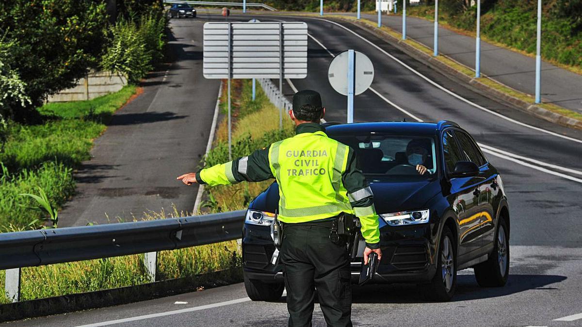 Un agente de la Guardia Civil de Tráfico durante un control en carretera. |   // IÑAKI ABELLA