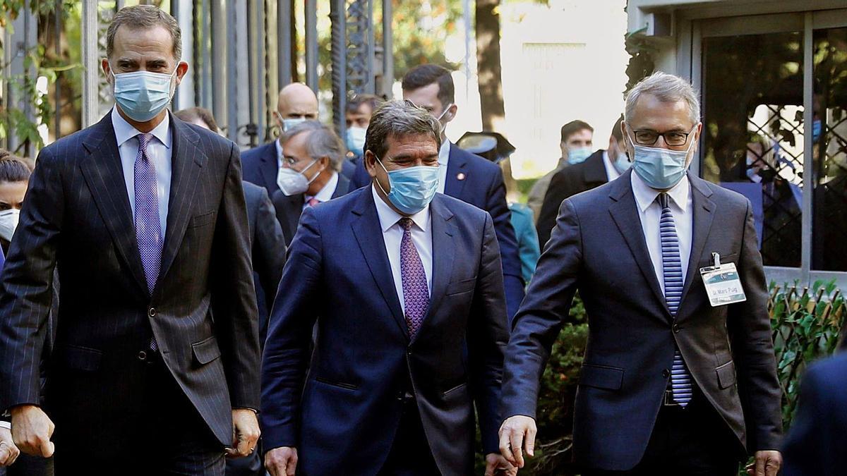 Felipe VI, a su llegada al  congreso junto al ministro   Escrivá y M.Puig.  efe/ballesteros