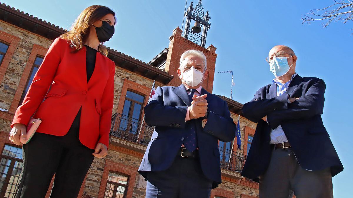 La consejera Carlota Amigo, el alcalde de Santa Coloma, José Miguel Nieto, y el vicepresidente Igea, en la localidad leonesa.
