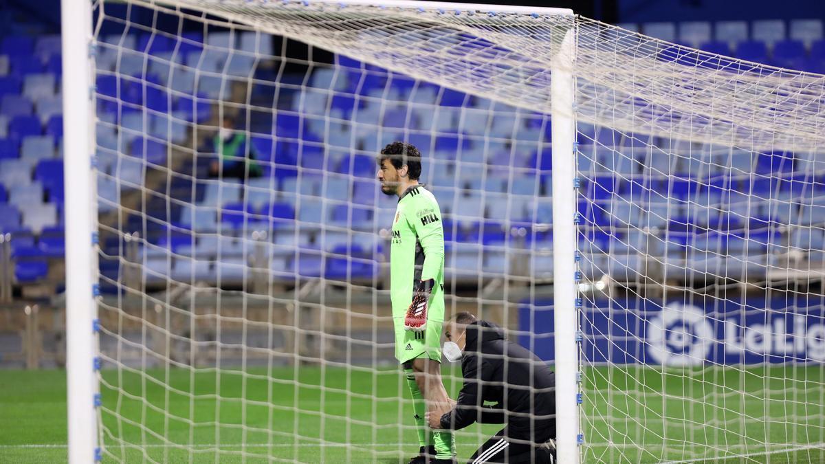 Cristian, providencial ante el Sporting, es atendido durante el partido del pasado viernes.