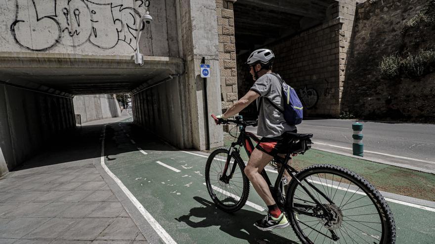 Alcoy controla el uso del carril ciclopeatonal a través de una cámara colocada en el 'Puente de las Paulas'