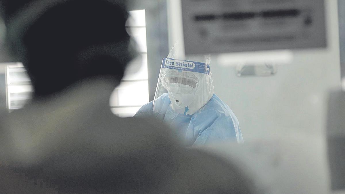 Un sanitario trabajando en la UCI de Son Espases durante la primera ola de coronavirus.