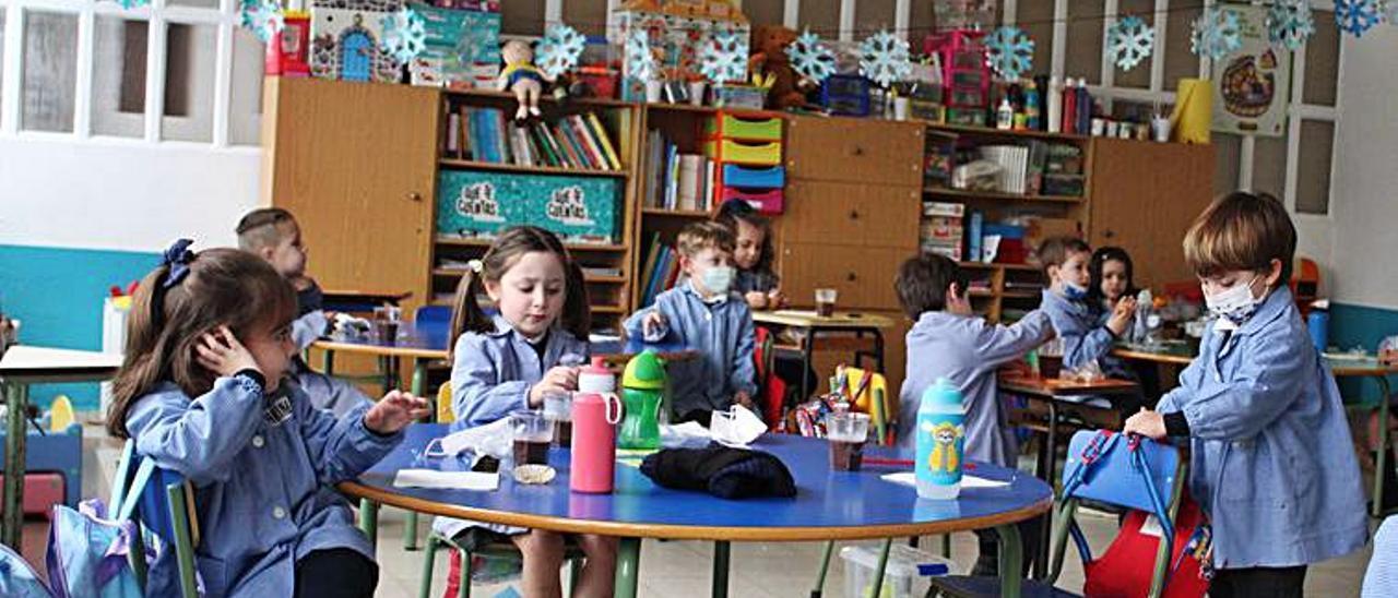 Alumnos del colegio, esta semana, en su aula.   Reproducción de Vicente Alonso/Fotos cedidas por el colegio