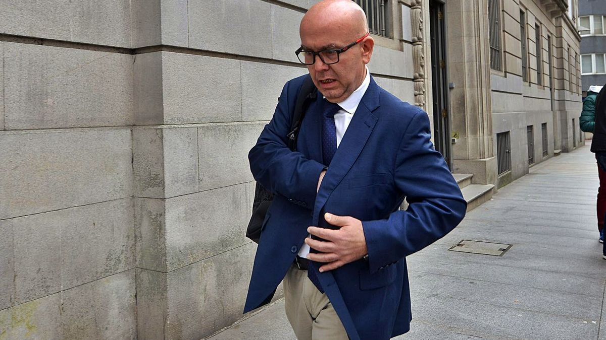 El letrado Gonzalo Boye, a las puertas de la Audiencia de Pontevedra.