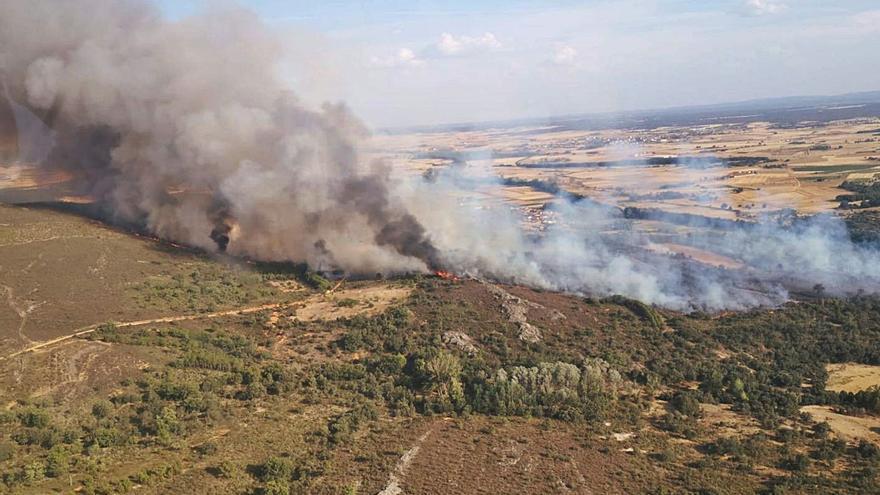 Arde la comarca de Los Valles: nivel 1 para el incendio en Carracedo de Vidriales