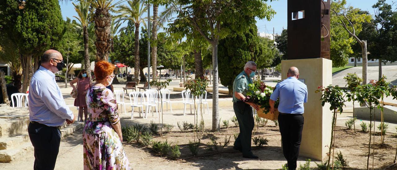 Colocación de un centro de flores en el monumento en memoria de las víctimas de la pandemia de coronavirus inaugurado hoy en la Vila Joiosa