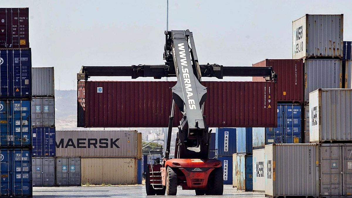 Movimiento de contenedores de mercancías en la Terminal Marítima de Zaragoza (TMZ), uno de los puntos de salida de la exportaciones aragonesas.