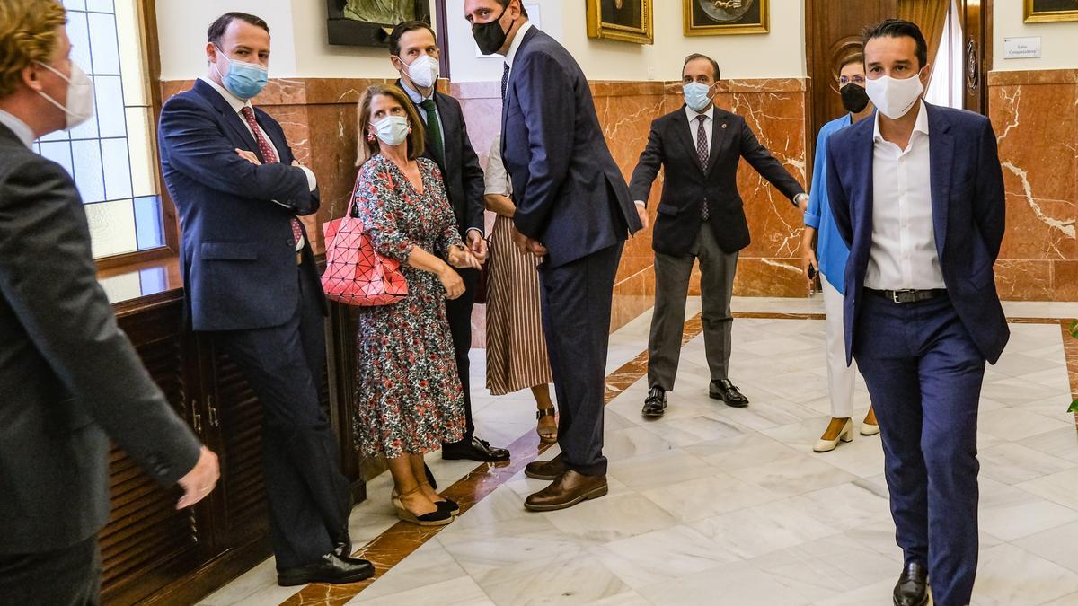 Ricardo Cabezas y Gragera se encuentran en el pasillo del ayuntamiento, el martes, antes del pleno de renuncia.