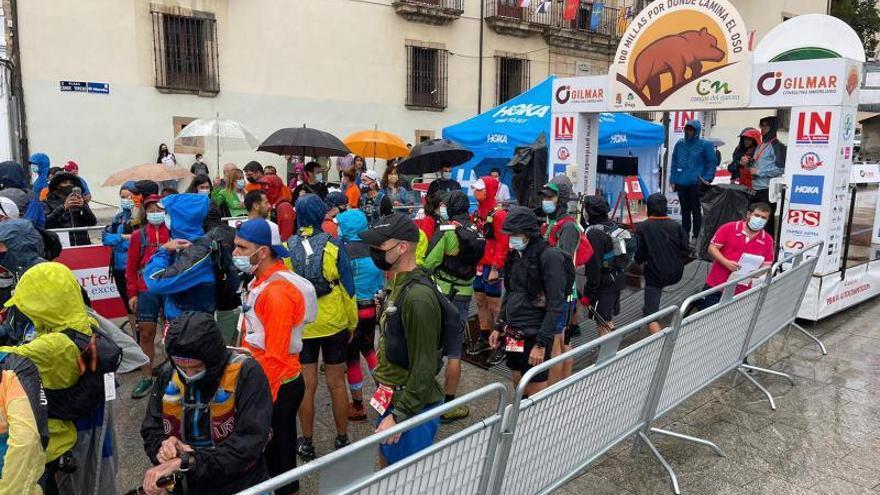 """La carrera """"Cien millas por donde camina el oso"""" reúne a casi 800 personas"""