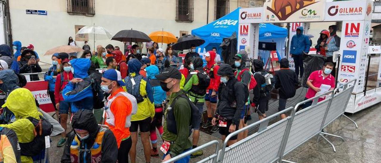 Un momento de la salida de la prueba de 100 millas, ayer en Cangas del Narcea.   R. A. M. S.
