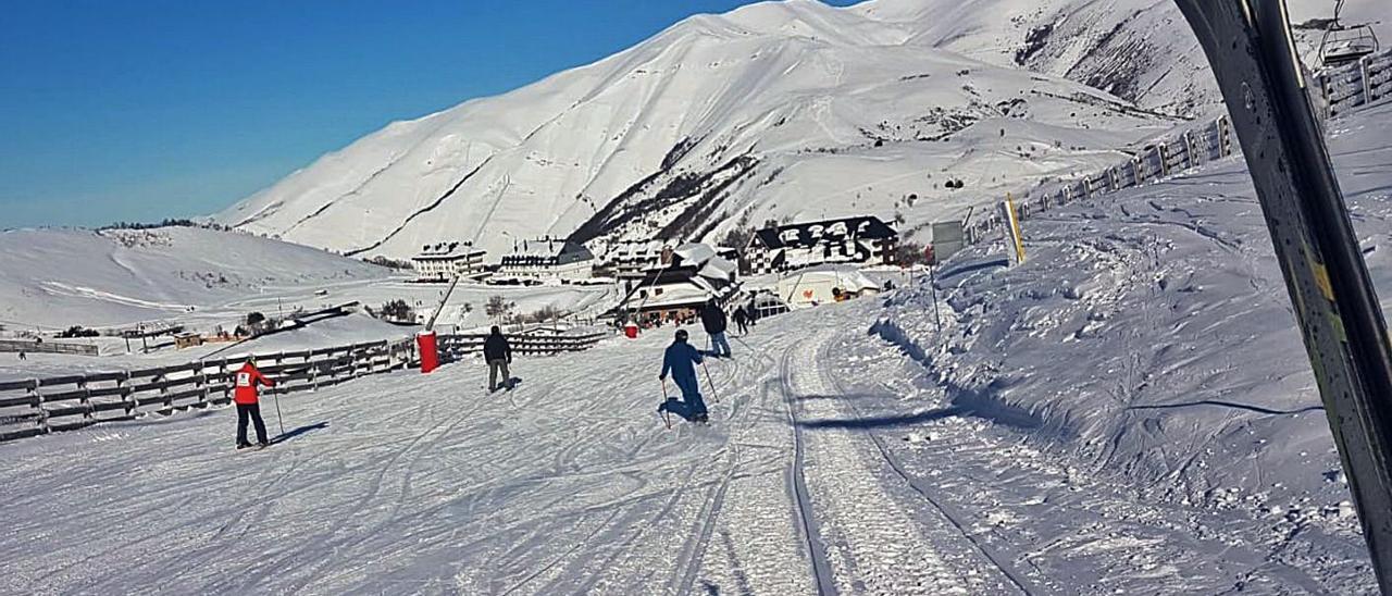 Esquiadores, ayer, en la zona alta de Valgrande-Pajares.