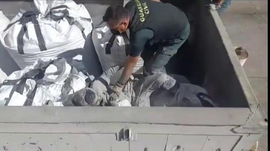Rescatan en el puerto de Melilla a un inmigrante enterrado en un saco de cenizas