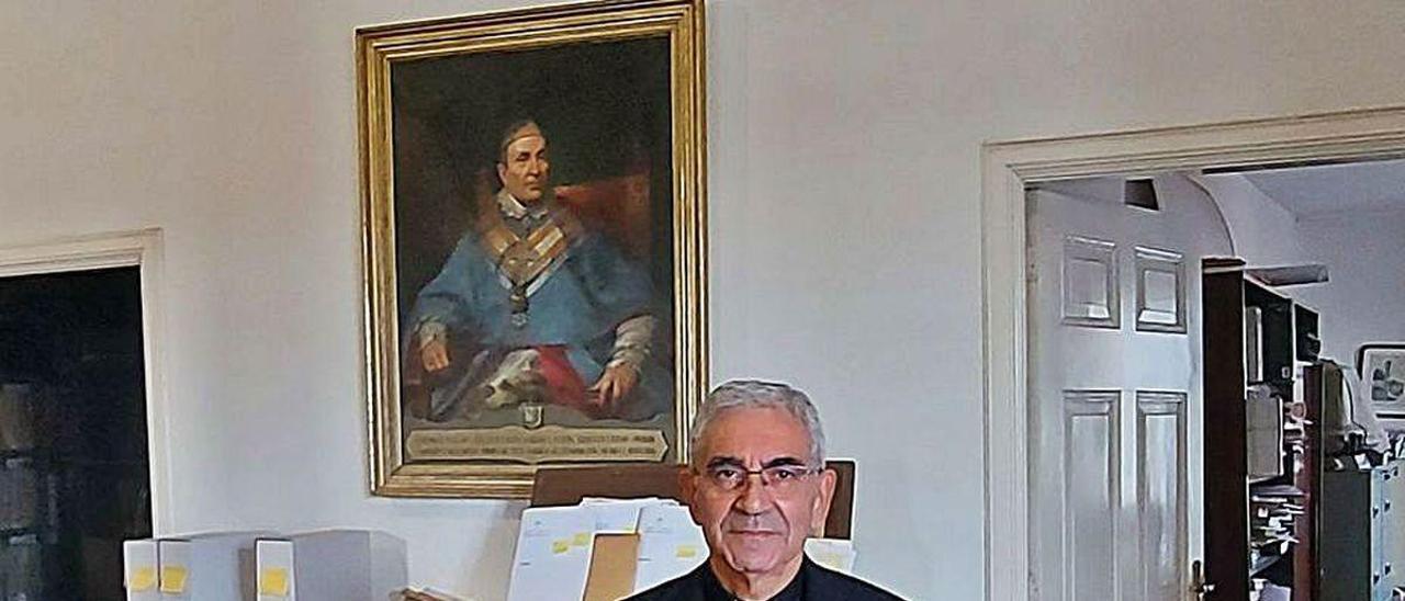 Avelino Bouzón, tras el privilegio de Doña Urraca de 1071 y sosteniendo el libro de Lucy K. Pick.