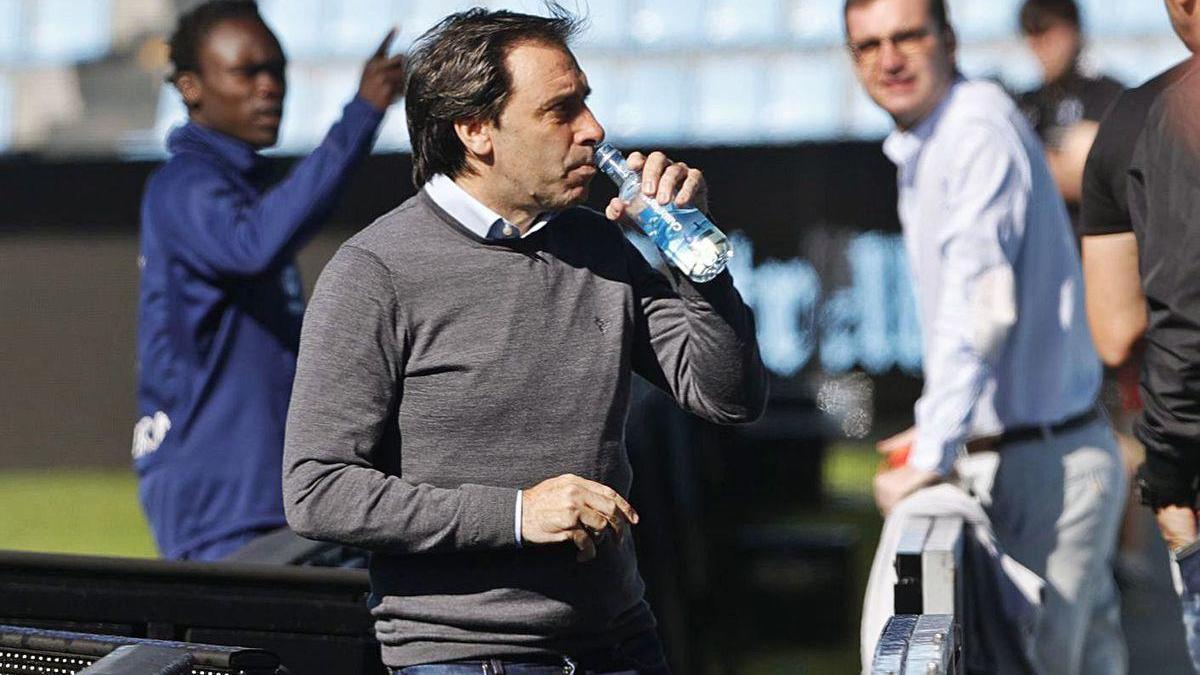 Felipe Miñambres bebe agua en un acto del Celta en el estadio de Balaídos.