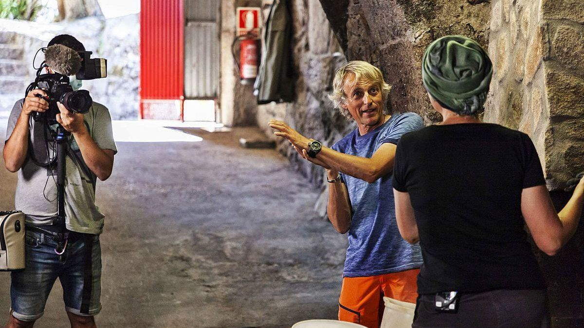 Jesús Calleja entra en una de las antiguas bodegas de Fermoselle.