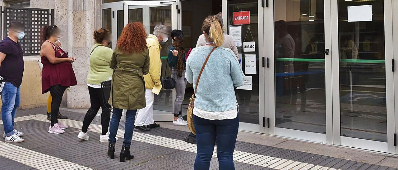Cola de usuarios ante las puertas del centro base de Servicios Sociales, en la capital grancanaria. | | ANDRÉS CRUZ