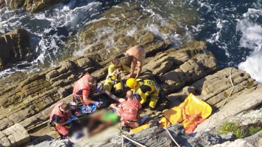Un hombre resulta herido grave tras caer por un acantilado de 20 metros en El Franco