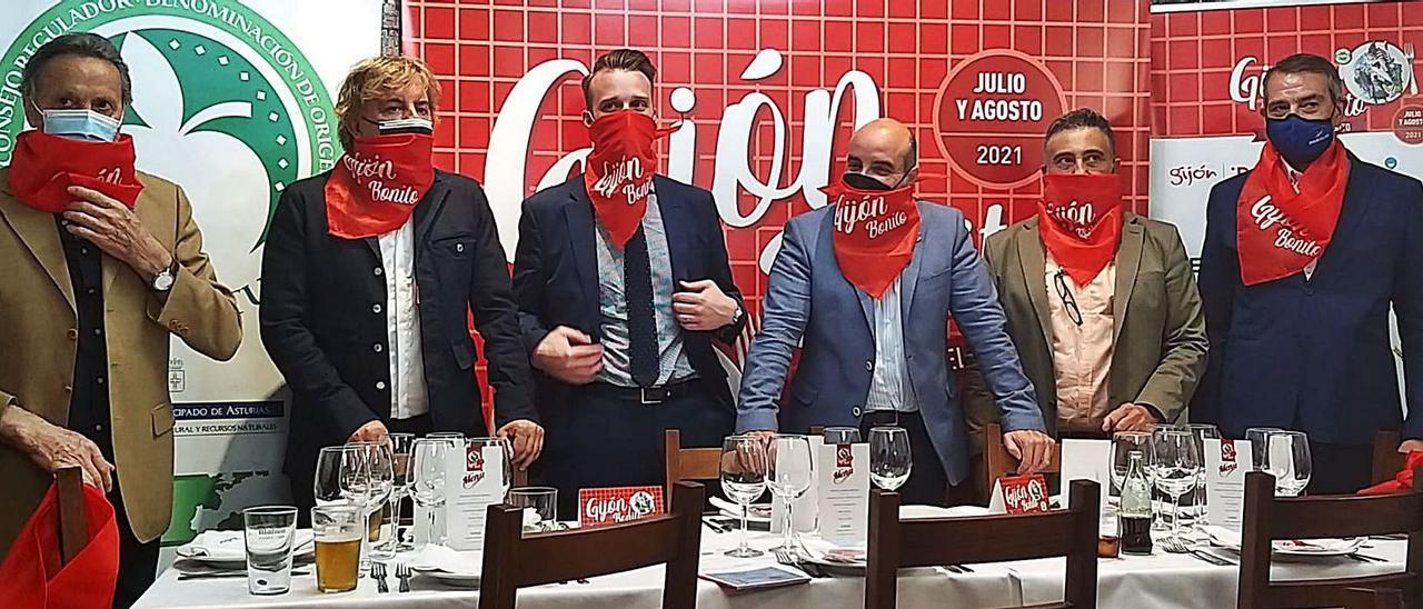 Por la izquierda, Andrés Menéndez (vicepresidente del Centro Asturiano de Madrid), Ángel Lorenzo, Daniel Martínez Junquera, el edil gijonés Santos Tejón, Vicente Manuel Fernández (gerente de Nortegráfico) y Basilio Castro (Pescados Basilio).