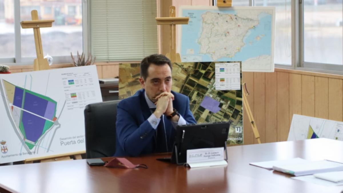 """El alcalde de Benavente, Luciano Huerga, durante su participación en la cumbre """"Invest in Cities"""", en que presentó el Puerta del Noroeste. / E. P."""