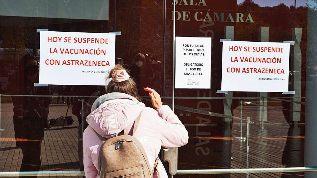 Vista de un centro de vacunacion cerrado en Valladolid ayer miércoles tras paralizar la Junta el suministro.   Ical