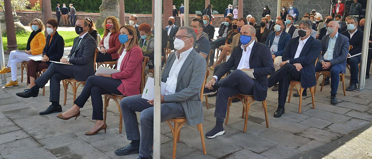 Alcaldes, empresarios, sindicalistas y expertos en el acto celebrado en el Jardín Canario. | | JOSÉ CARLOS GUERRA