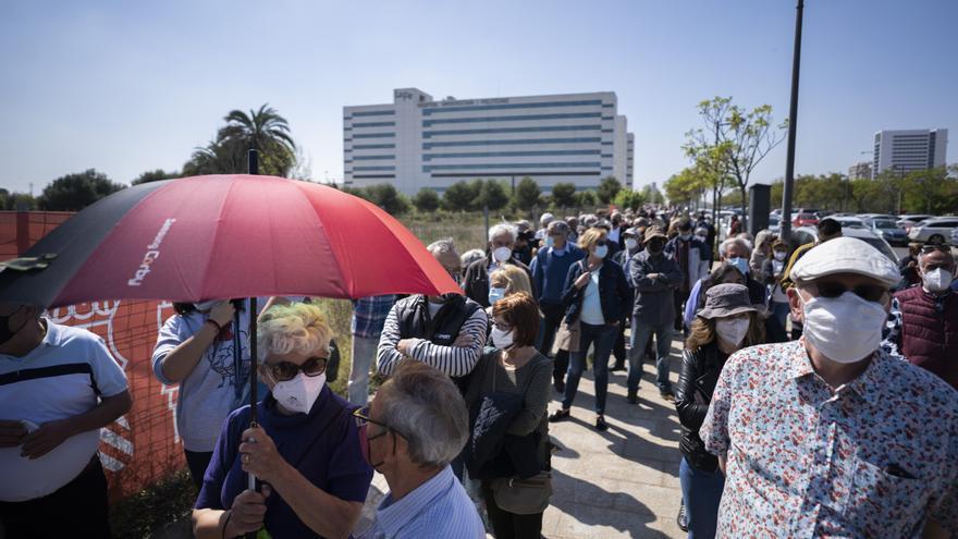 Sanitat incrementa los puntos de vacunación en Valencia y Alicante para hacer frente a las colas