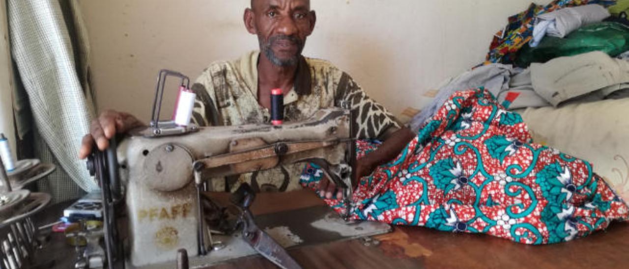 Habib Aw en su pequeño taller de costura en Fann Hock (Dakar).