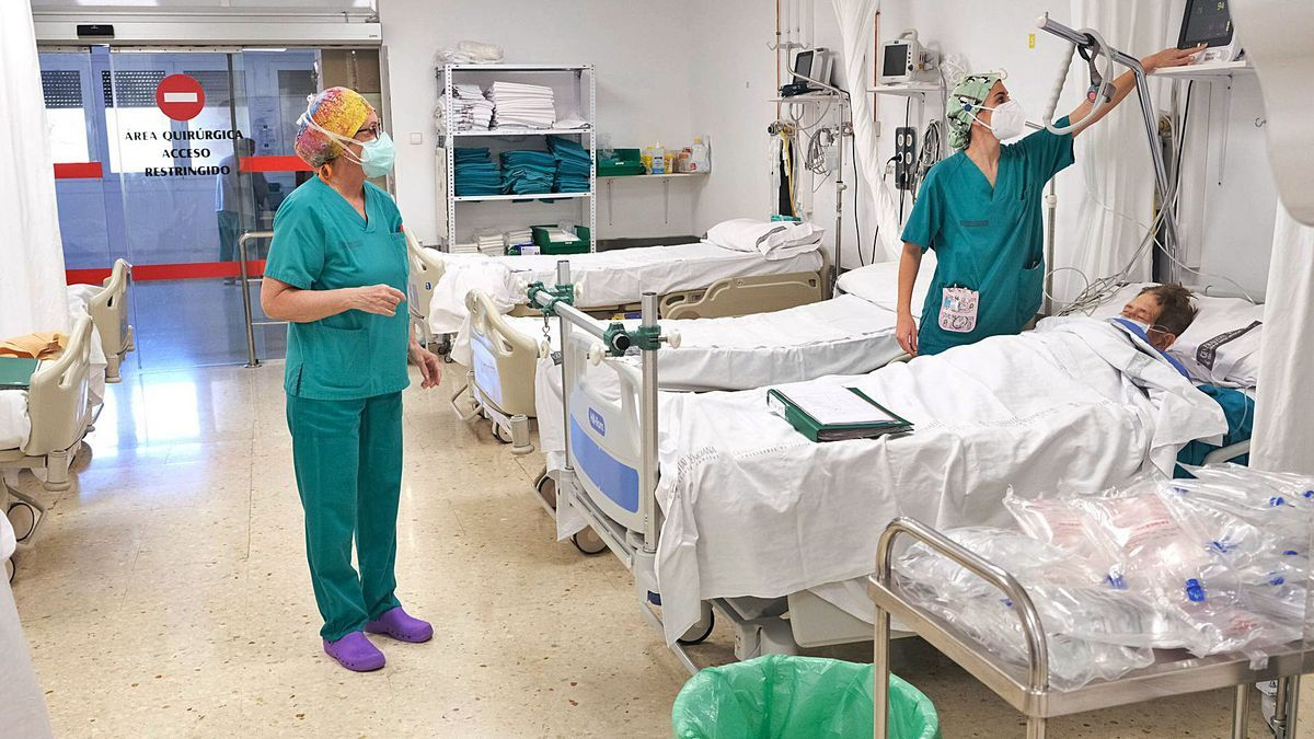 Imagen de ayer en el Hospital General de Elda, que ha empezado a desviar pacientes no covid a Villena.