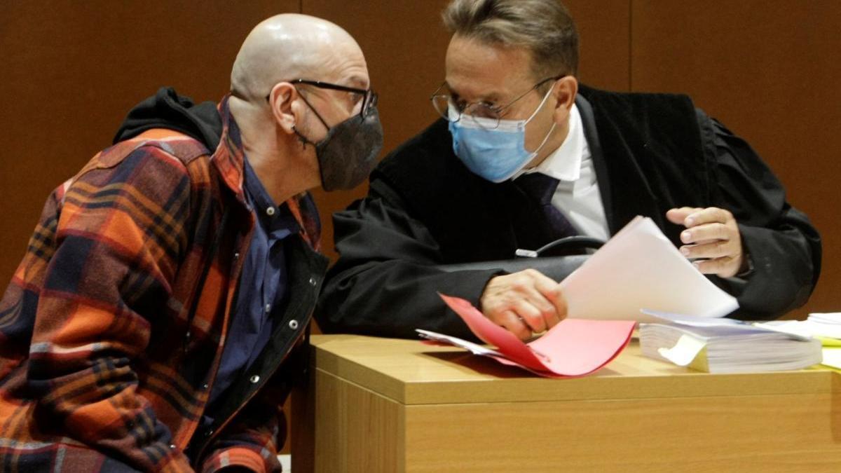 Ramón S.G. conversa con su abogado, José Ramón Sierra, durante el juicio.