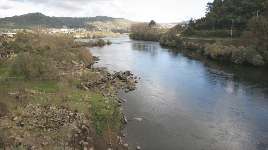 Rescatan a un pescador incomunicado en un islote del río Miño en Ourense