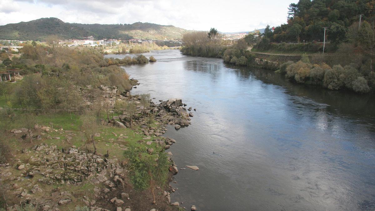 Río Miño a su paso por la zona termal de Outariz.