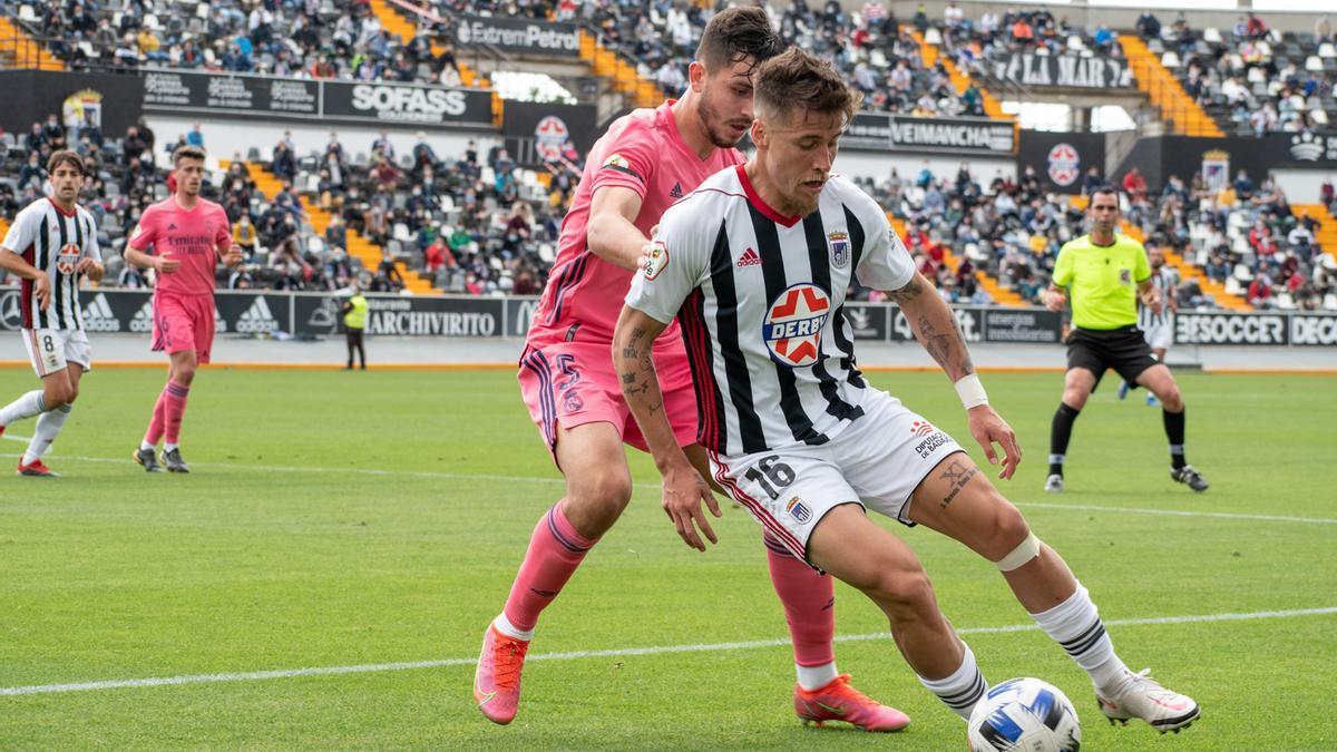 Dani Aquino, del Badajoz, presionado por Víctor Chust, del Real Madrid Castilla, en el Nuevo Vivero.