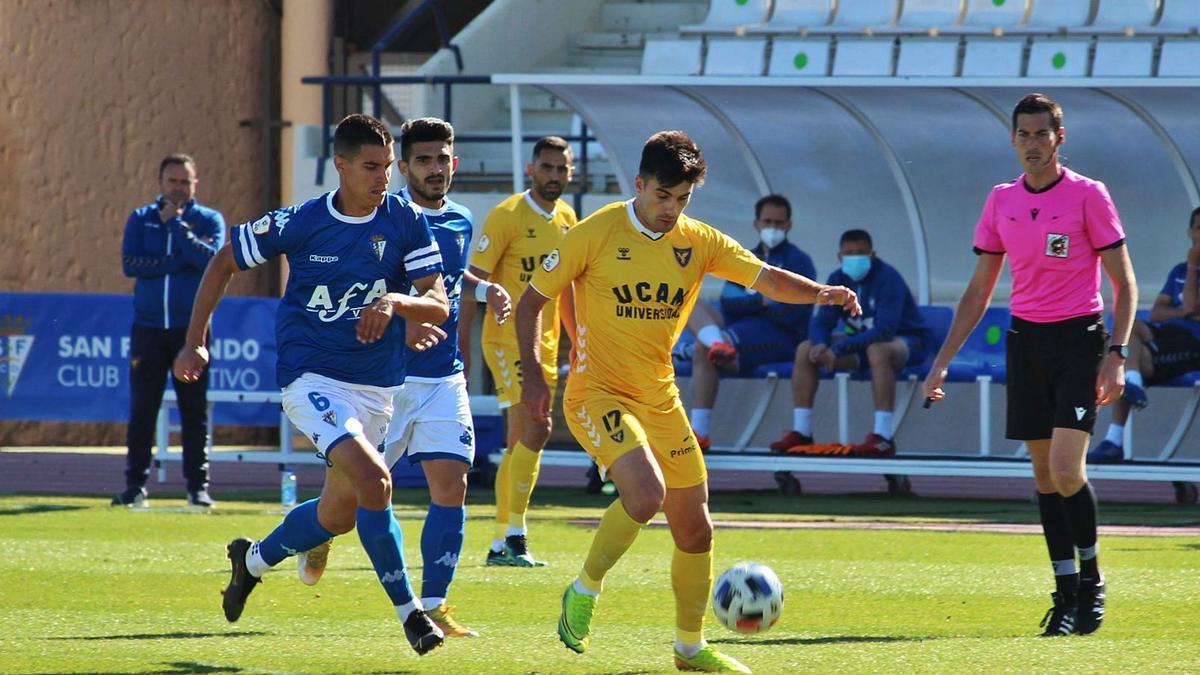 Xemi Fernández conduce el esférico presionadopor Raúl Palma en la derrota contra el San Fernando.